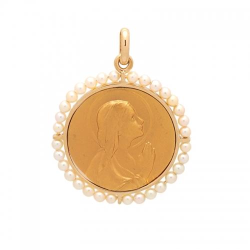 Medalla de oro con perlas.